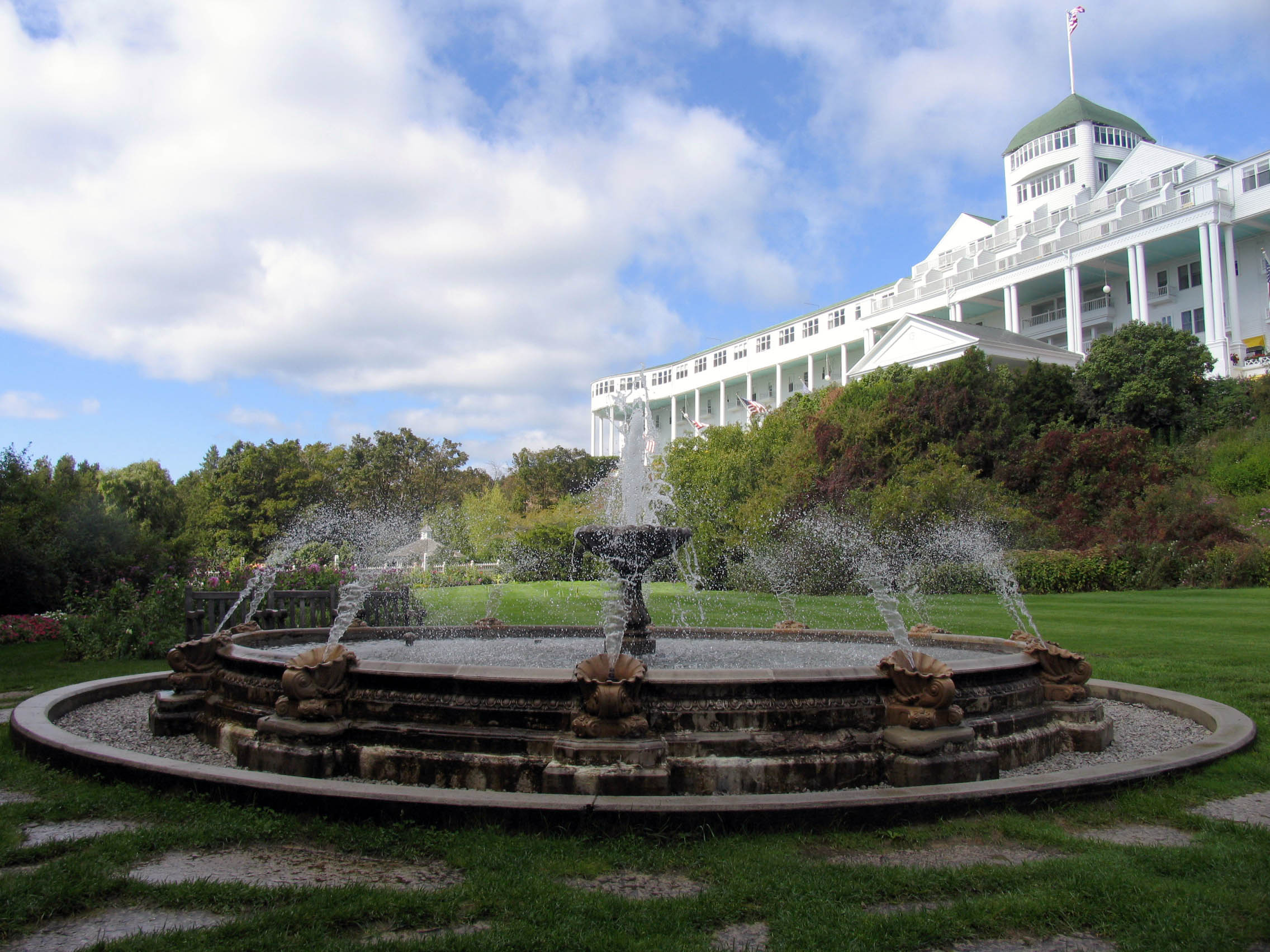Contest corner fall for mackinac island s grand hotel for Grand hotel
