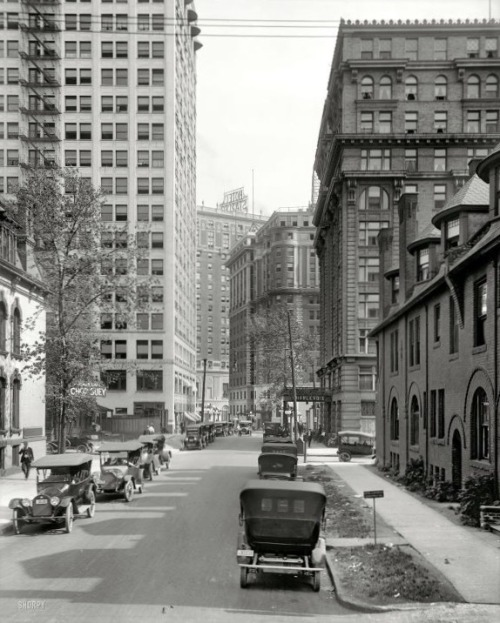 Looking south on Park Avenue toward the Hotel Charlevoix on the right, the Kales Building on the left, and the Hotel Tuller in the center in the distance. The Hotel Statler is at left. (Library of Congress photo)